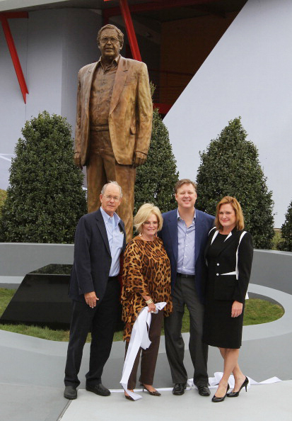 (L-R) Jim France, Betty Jane France, Brian France and Lesa France Kennedy stand with a statue of Bill France Jr at Daytona International Speedway - Ph. Getty Images/NASCAR