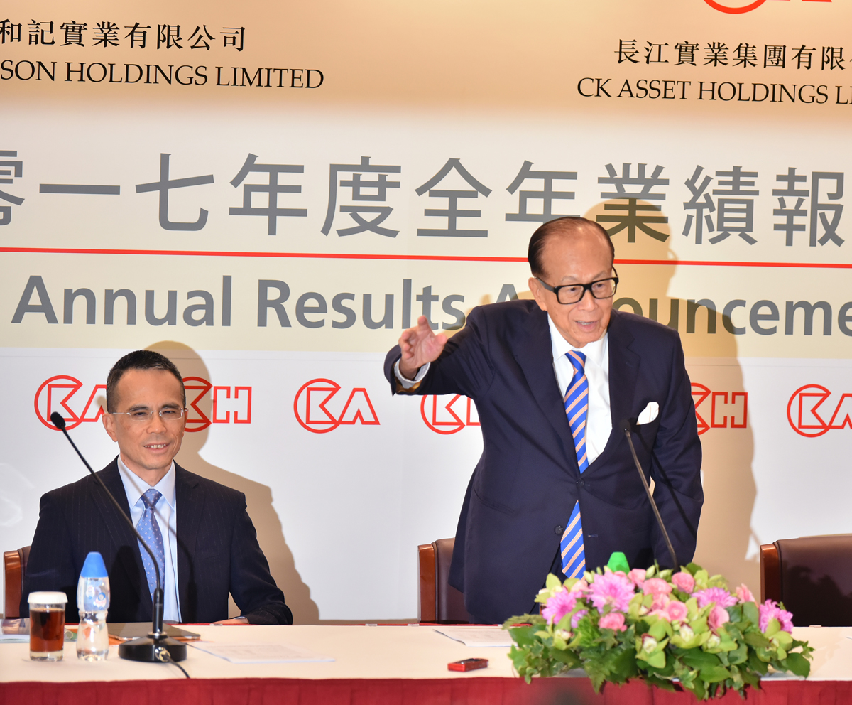 Victor Li (L) and his father Li Ka-Shing - Ph. PA